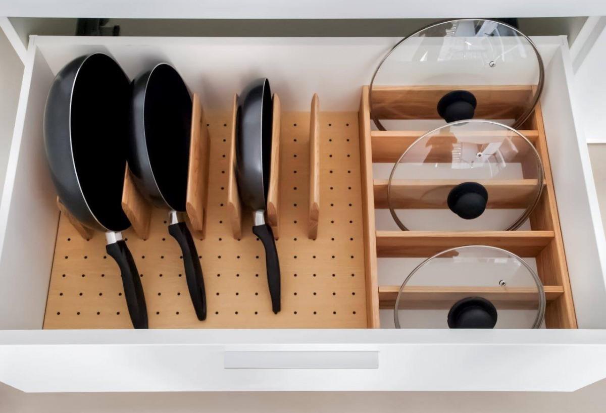 Идеи для хранения сковородок с крышками_1