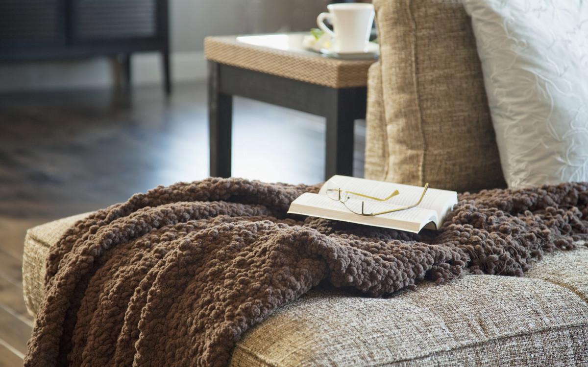Как использовать плед крупной вязки в гостиной_2
