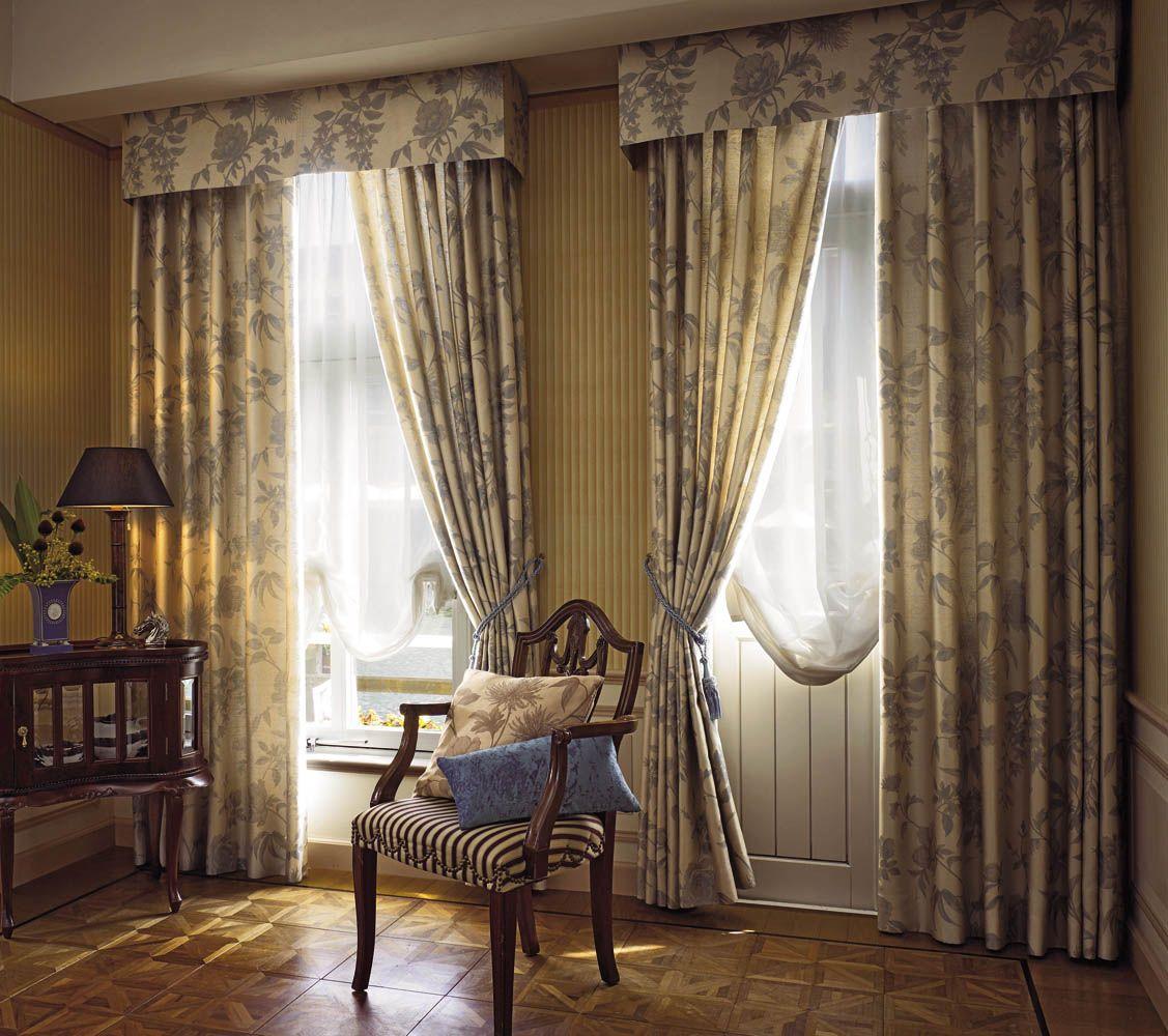 Красивые варианты оформления окон гостиной_4