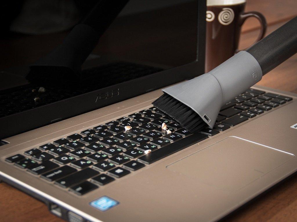 Как очистить клавиатуру ПК или ноутбука пылесосом_3