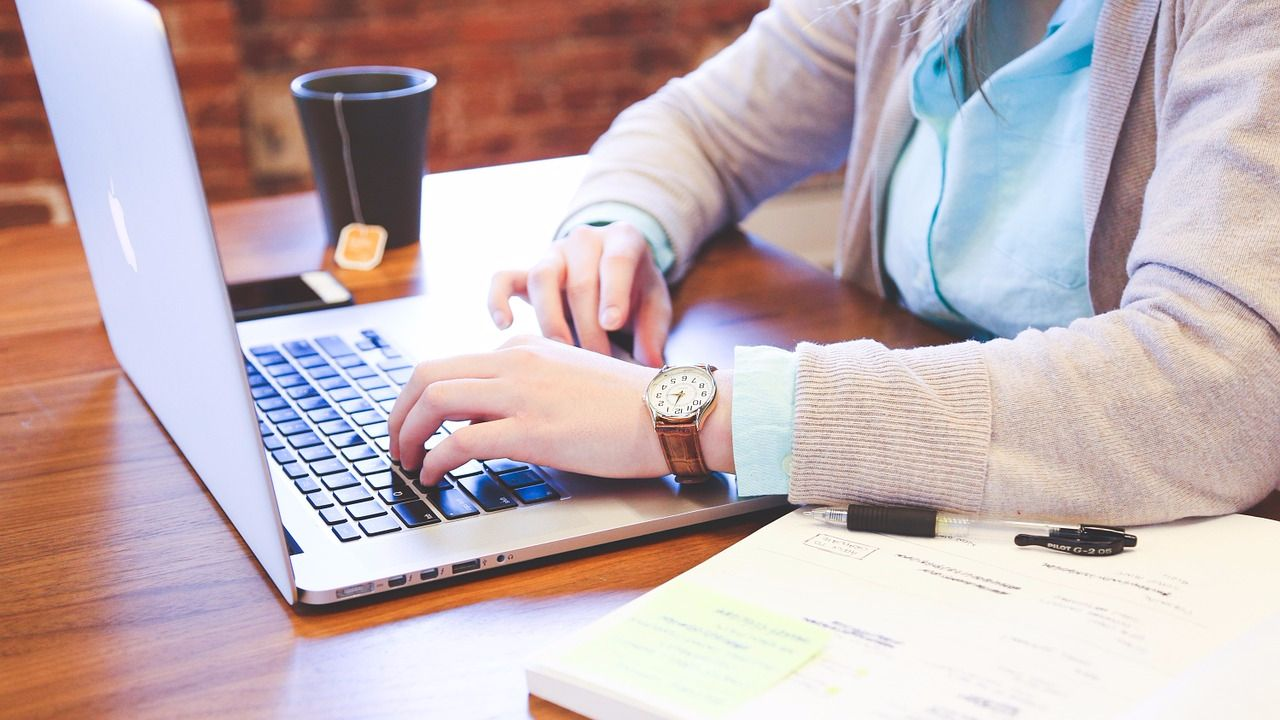 Как очистить клавиатуру ПК или ноутбука пылесосом_5