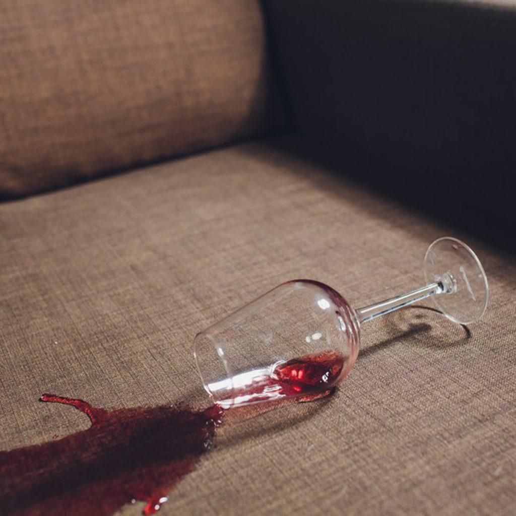 Как самостоятельно вывести пятна от вина_1