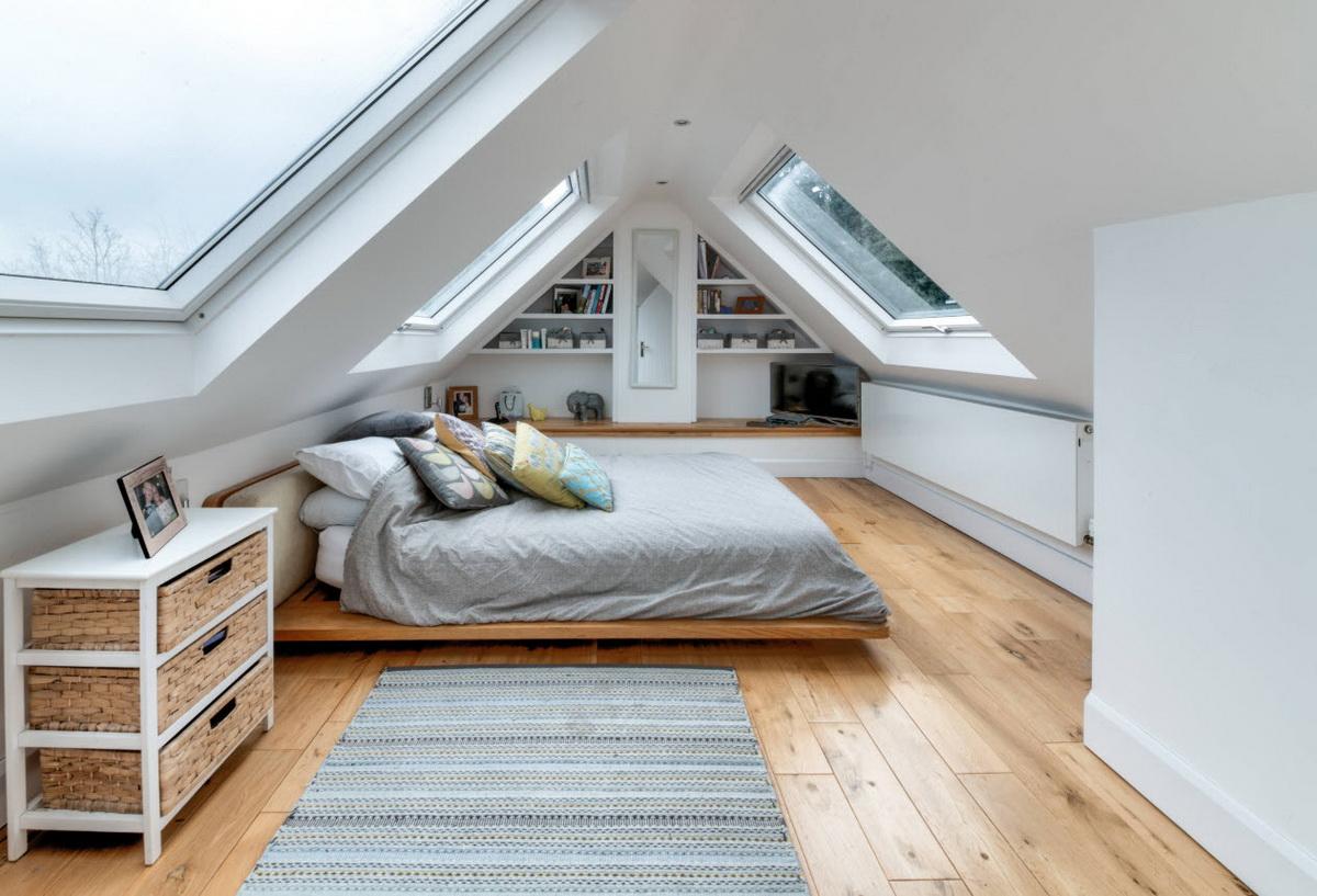 Красивый интерьер комнаты на мансардном этаже_1