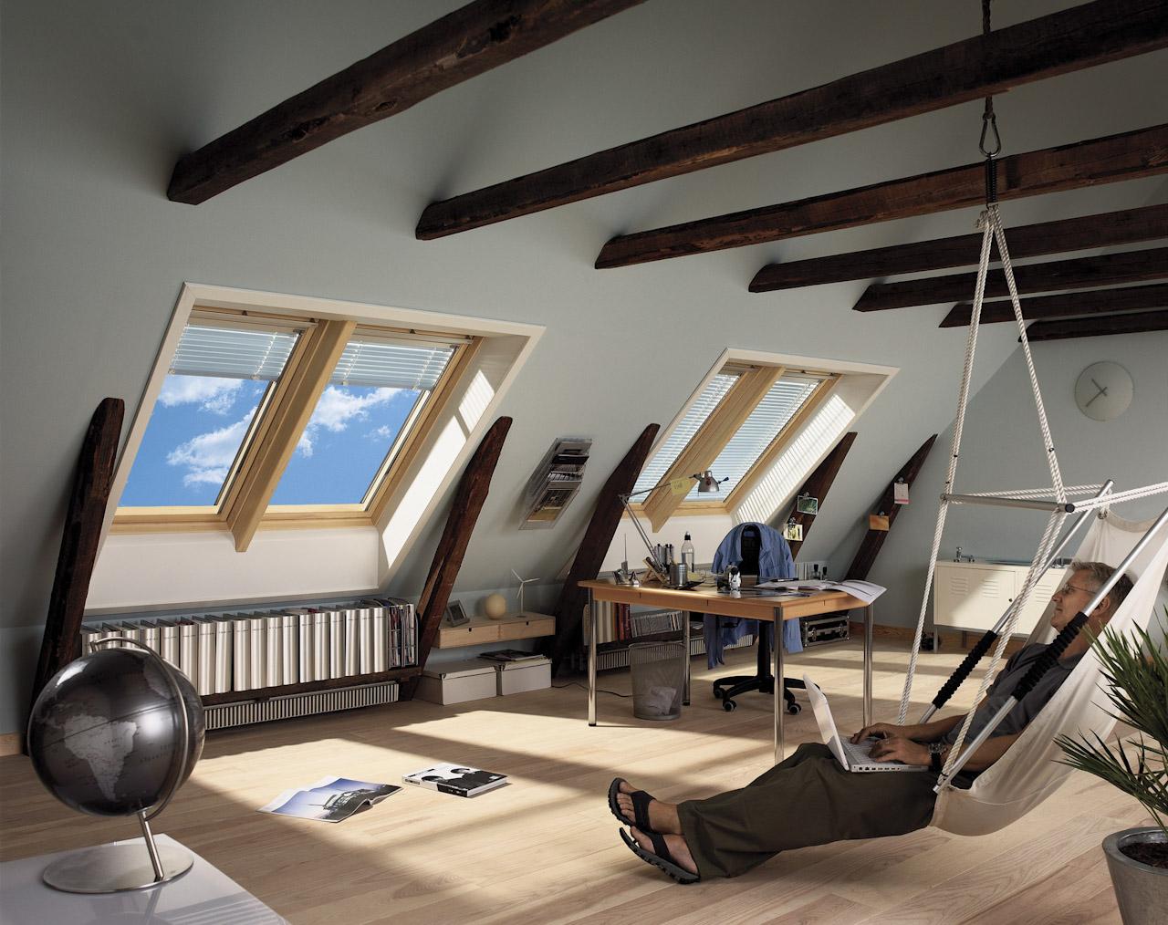 Красивый интерьер комнаты на мансардном этаже_2