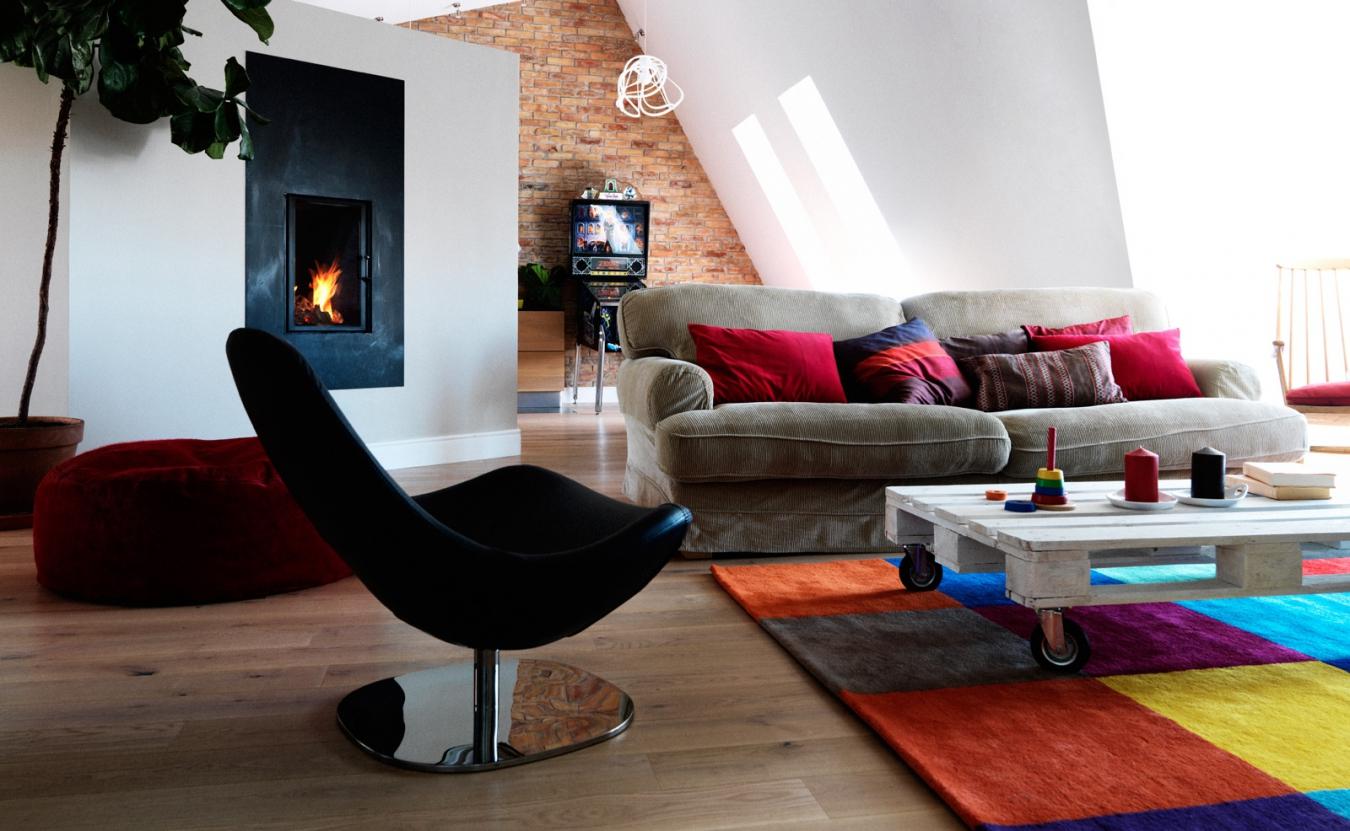 Красивый интерьер комнаты на мансардном этаже_5