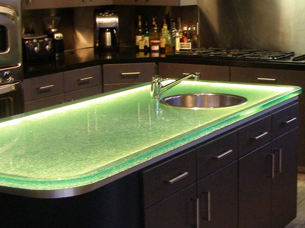 Кухонная столешница из стекла: стоит ли выбирать