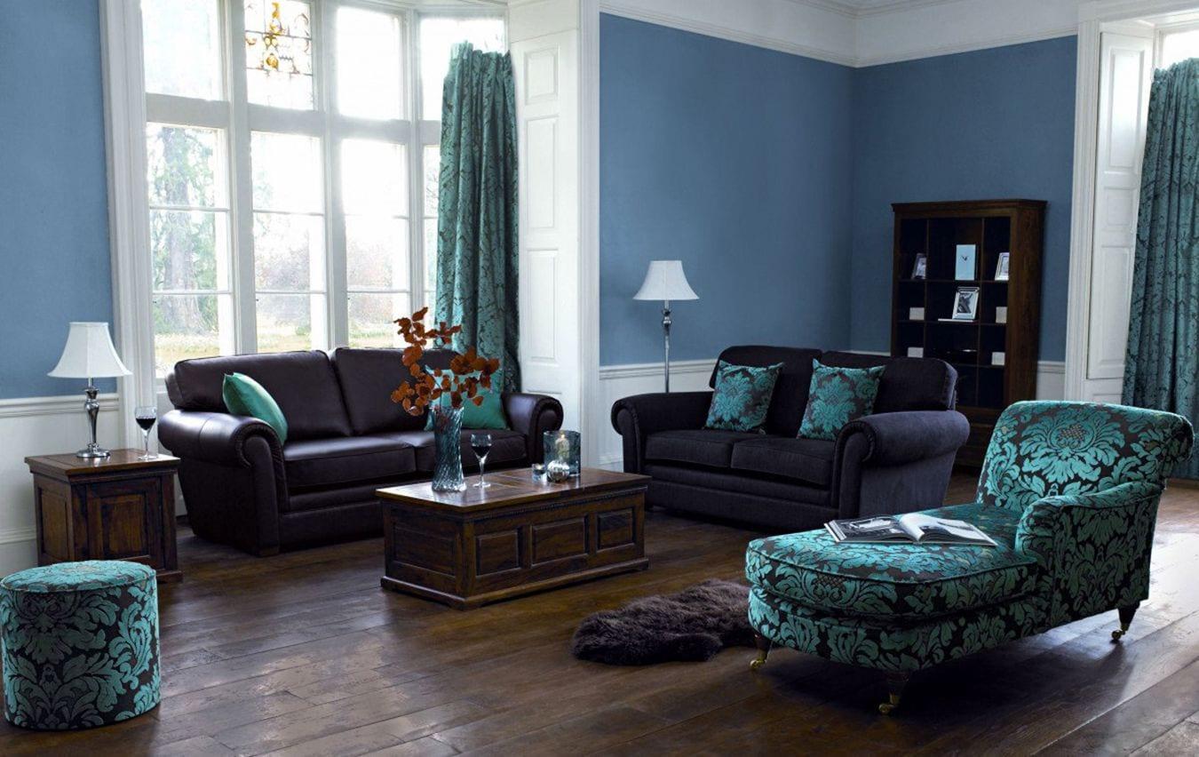 Сочетание цвета мягкой мебели с интерьером гостиной