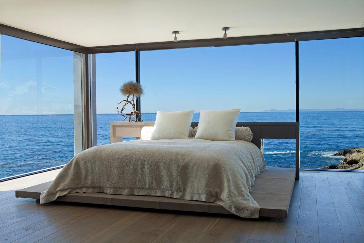 Белоснежный особняк с видом на океан в Калифорнии