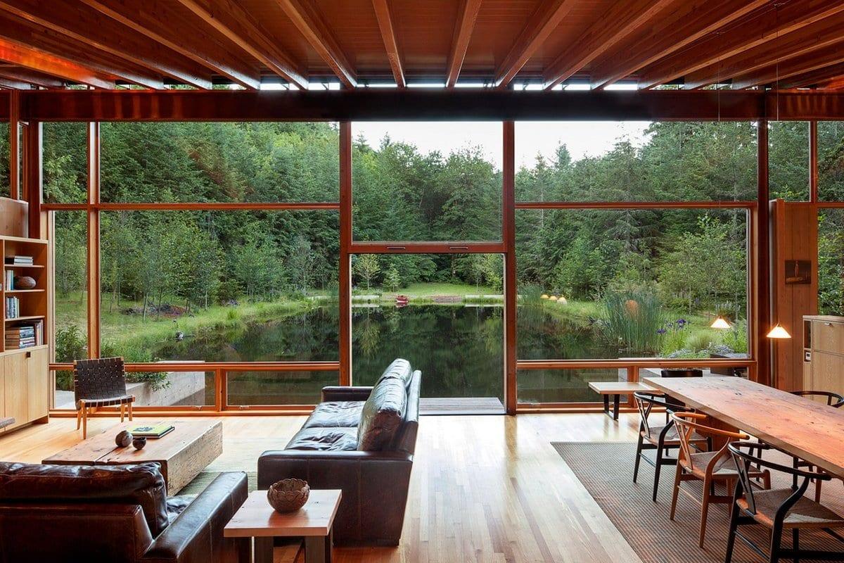 Деревянная резиденция на берегу пруда