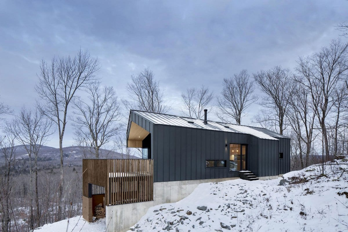 NatureHumaine, дома в Канаде, дом в лесу фото, домик на склоне горы, загородный дом на природе фото, домик лесника, современный дом в лесу