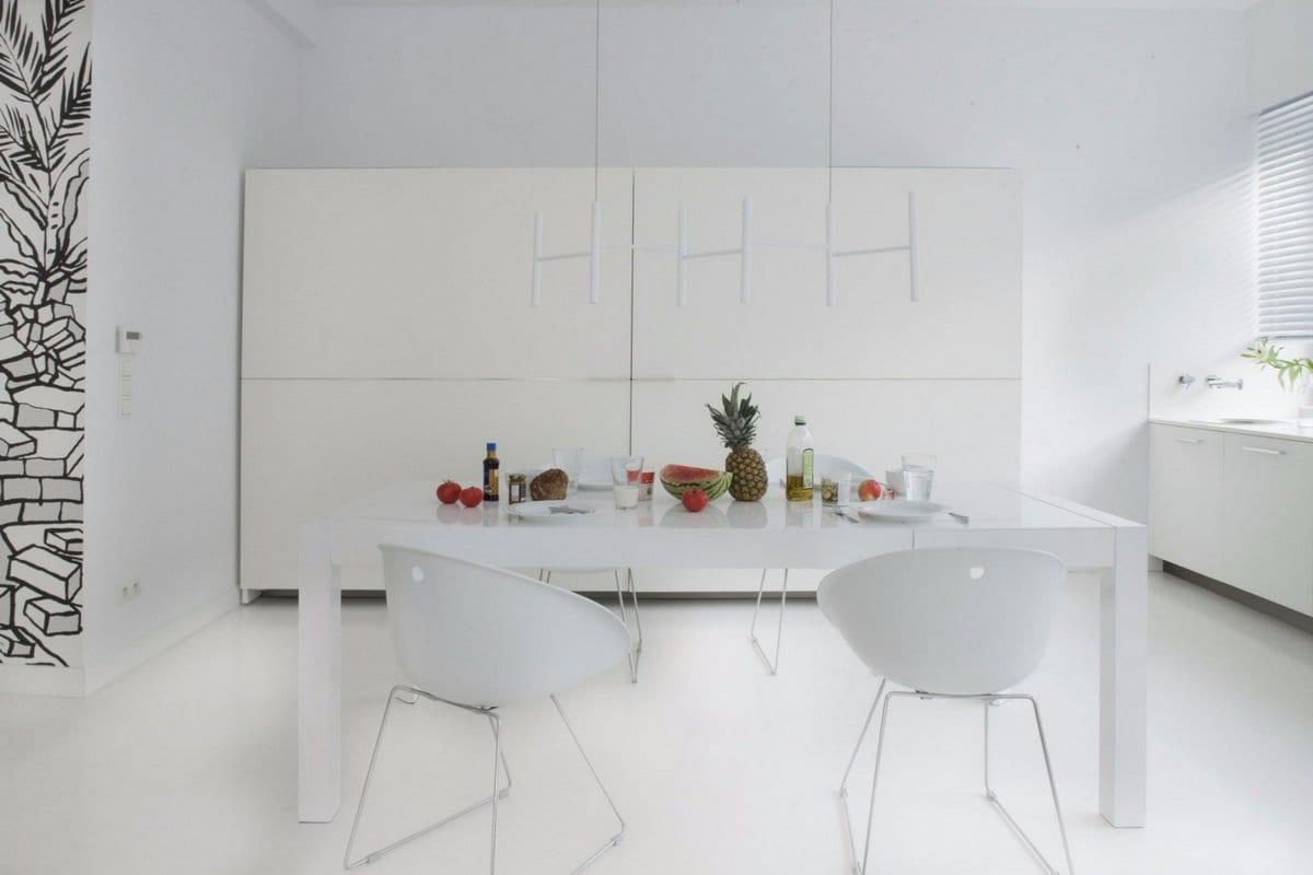 Moos Works, светлый интерьер квартиры, квартира в белом цвете, белый интерьер фото, роспись стен фото, дизайнерские квартиры, обзоры красивых квартир