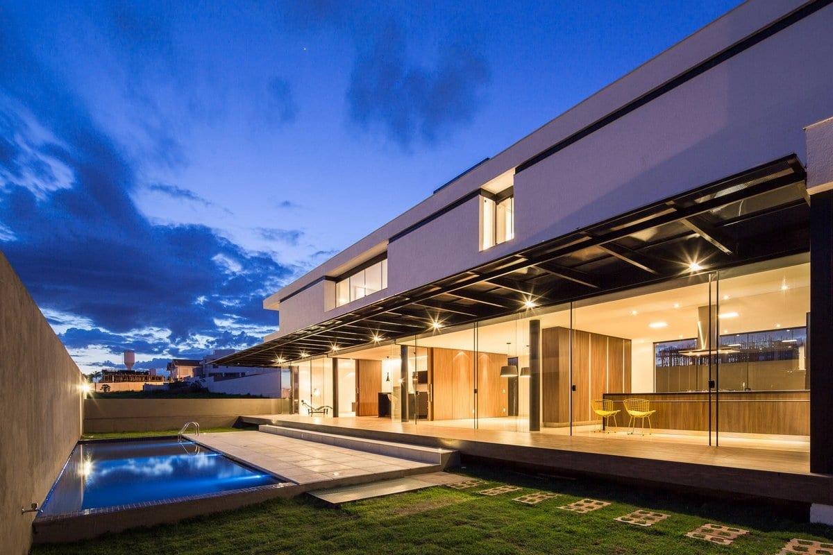 Esquadra|Yi, дома в Бразилии, светлый фасад частног дома, частный дом с бассейном фото, терраса в частном доме фото, панорамные окна в частном доме
