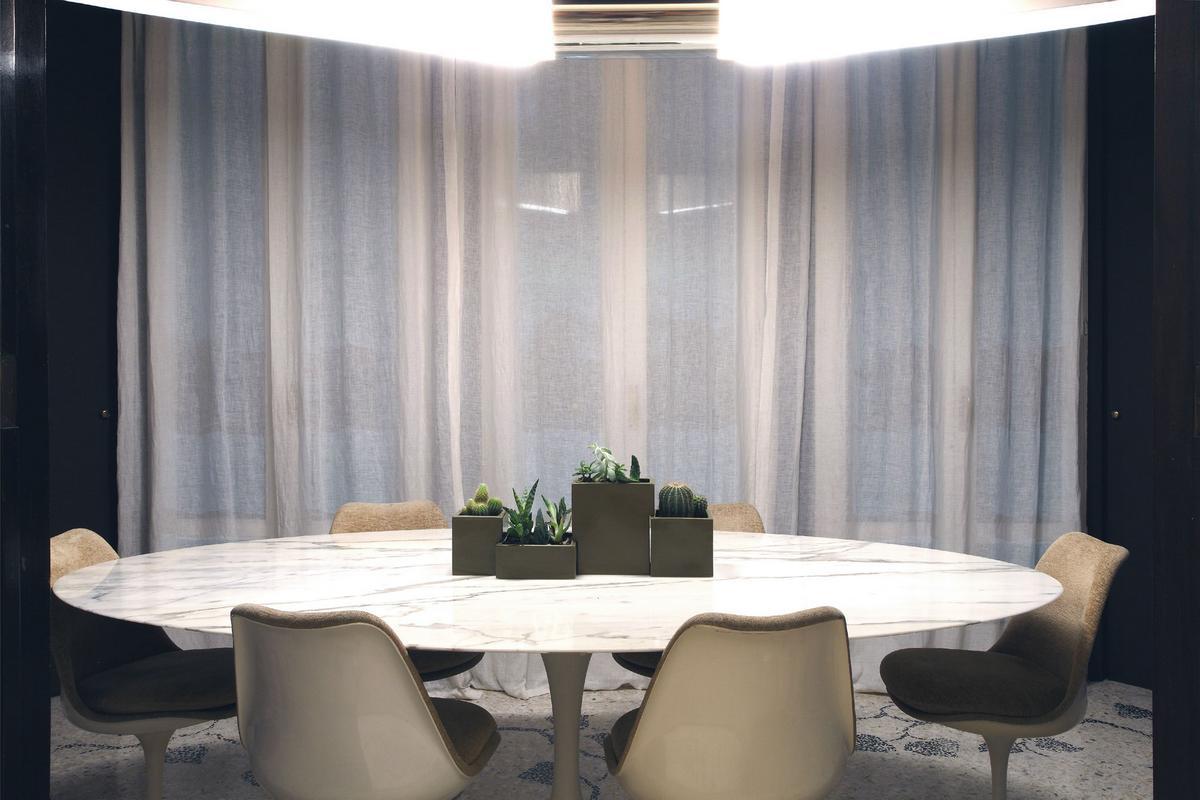 Паоло Фрелло, Paolo Frello, квартира в Милане, квартира в Италии, современный дизайн интерьера, яркий дизайн квартиры, картины в интерьере