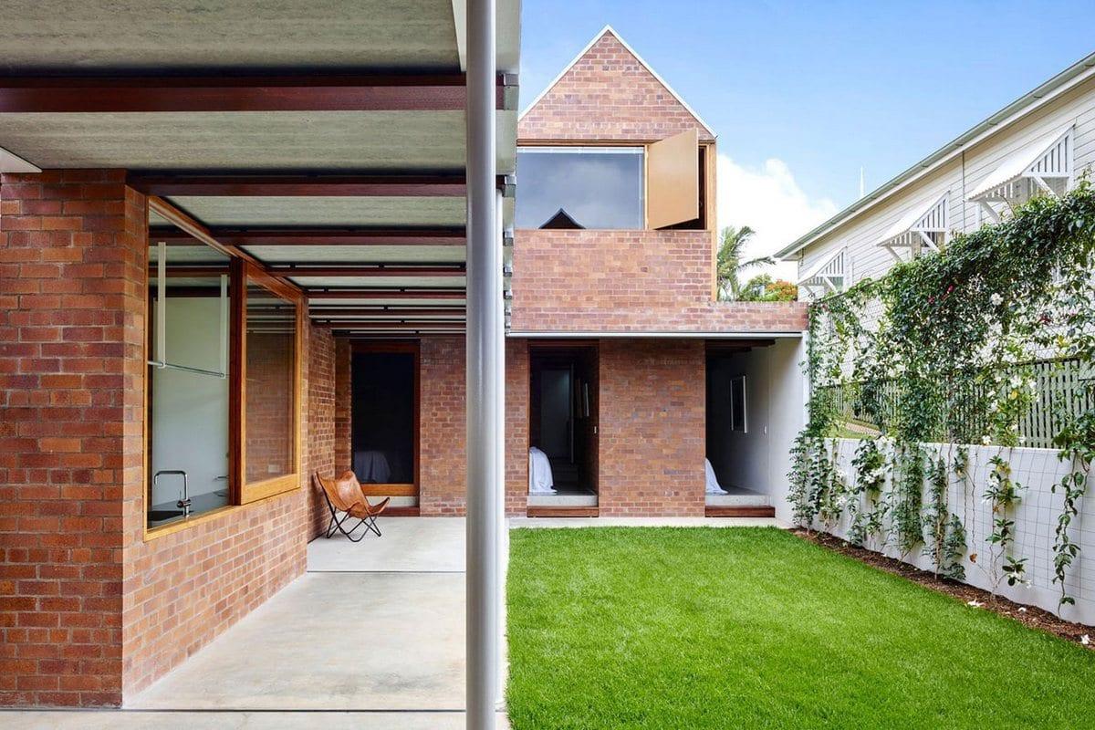 James Russell Architect, дома в Австралии, особняки в Квинсленд, дом с треугольной крышей, кирпичные стены в интерьере, план дома, схема частного дома