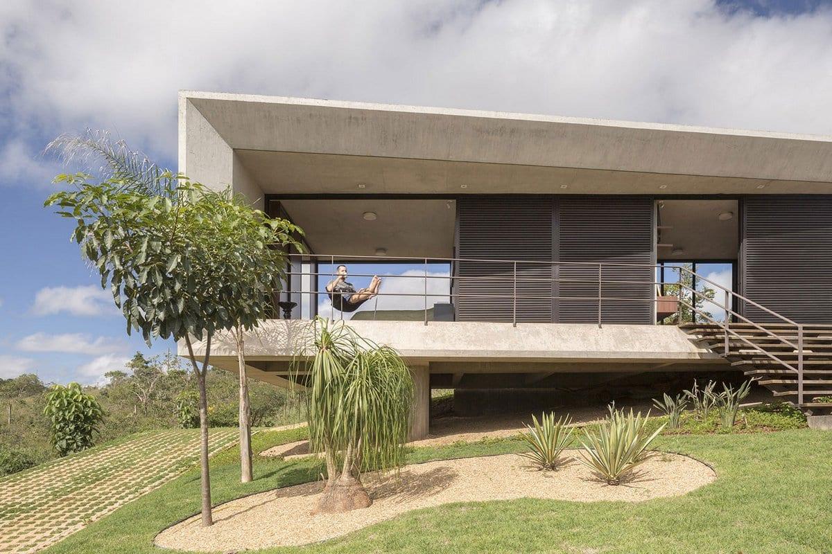 Сквозной дом из бетона в Бразилии