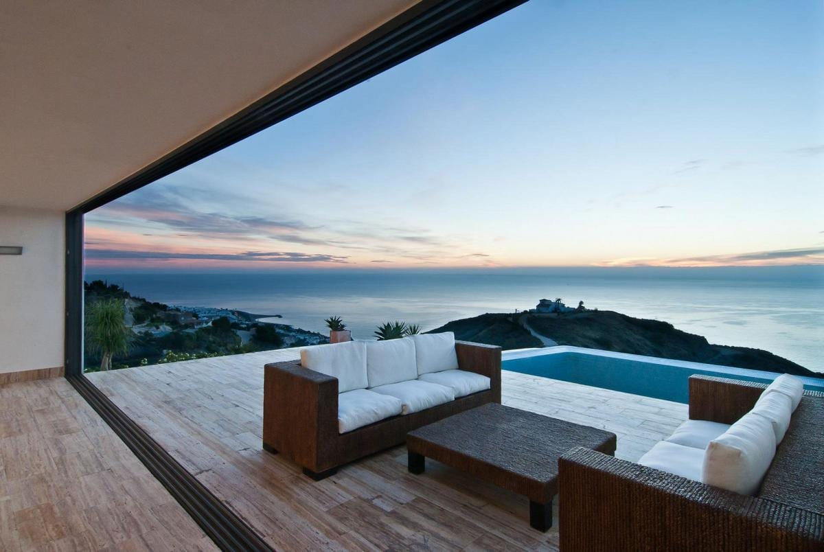 Современная вилла в Испании с видом на море