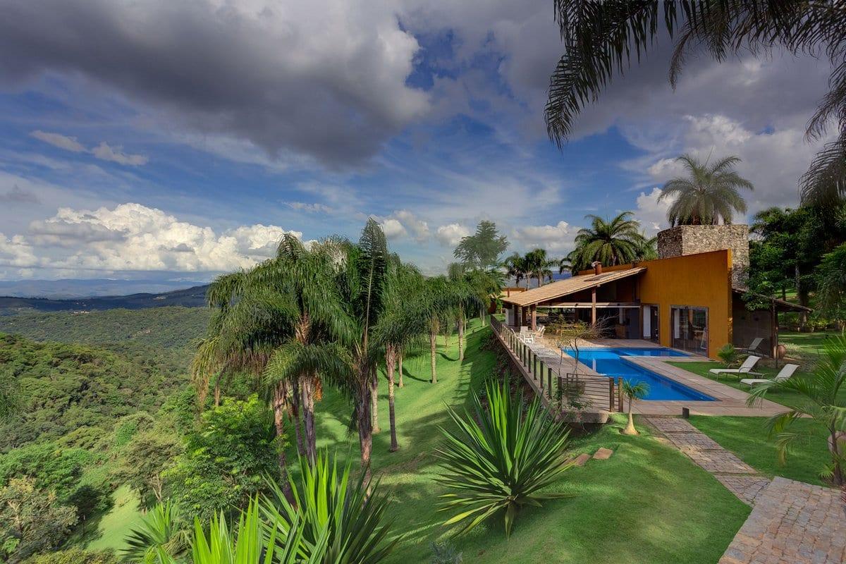 Современный деревенский домик на склоне горы в Бразилии