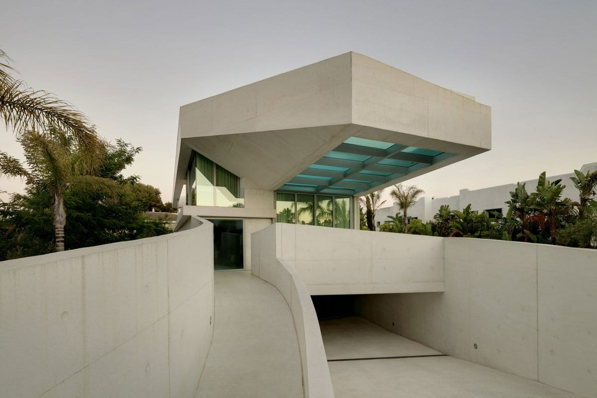Стеклянный бассейн на крыше дома в Испании