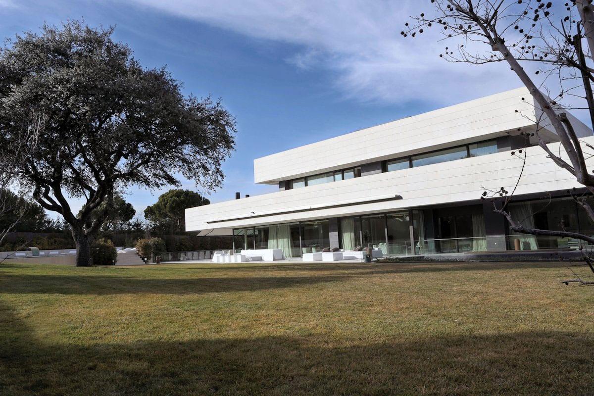 Строгая геометрия частного дома в Мадриде