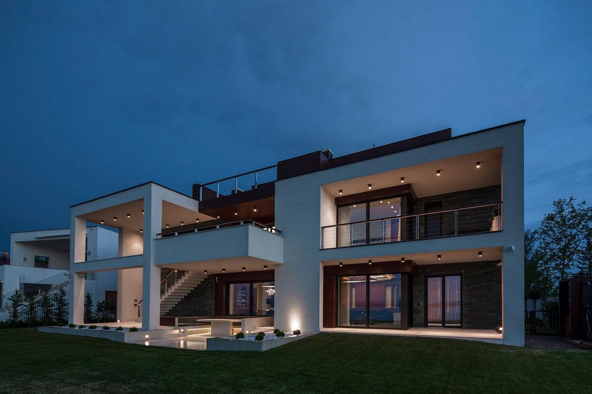 Трехэтажный особняк с видом на озеро в Венгрии