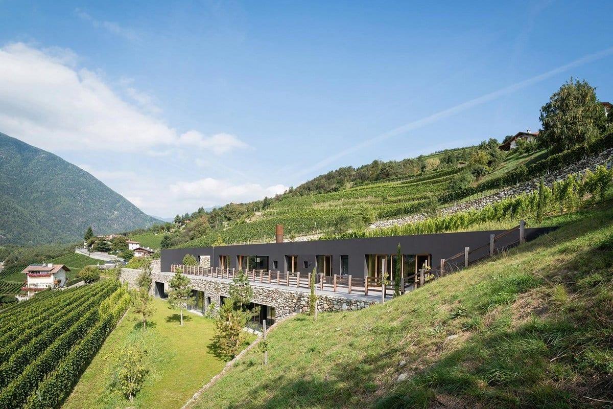 Вилла среди виноградников в Италии