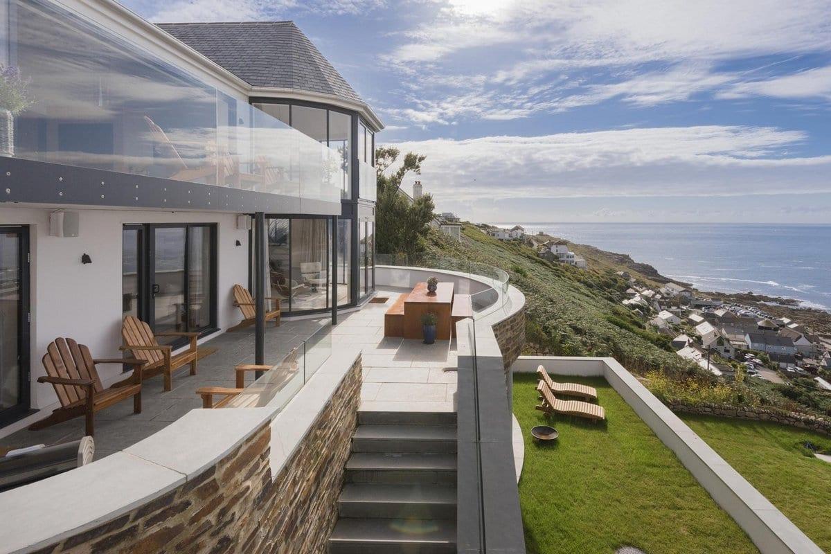 Впечатляющий каменный дом в Англии