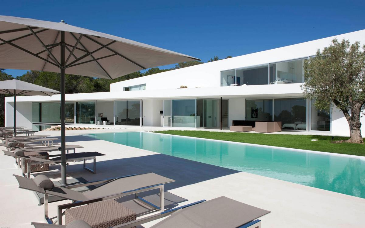 Villa Ixos, особняки на Ибице, аренда виллы Испания, аренда элитных домов, минимализм, светлый фасад, панорамные окна, потрясающий вид из окон дома