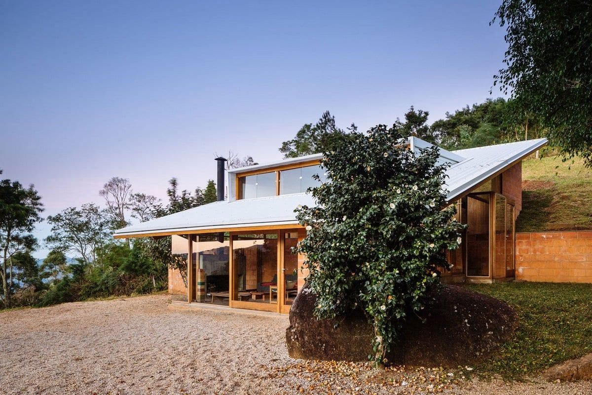 Загородный дом на склоне холма в Бразилии
